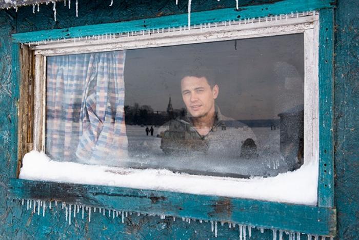 Still uit film - Tomas kijkt uit het raam van zijn keet op het ijs.