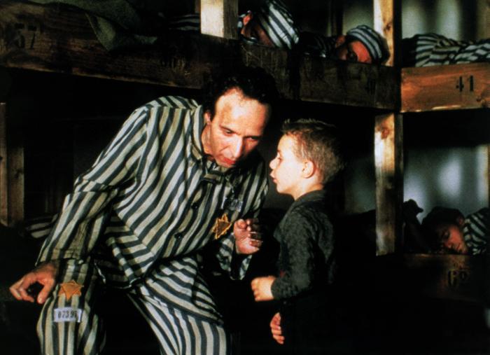 Roberto Benigni en Giorgio Cantarini in de barakken van het concentratiekamp