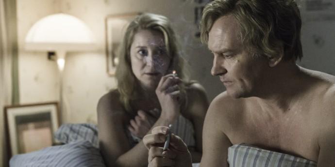 Trine Dyrholm als Anna en Ulrich Thomsen als Erik rokend in bed