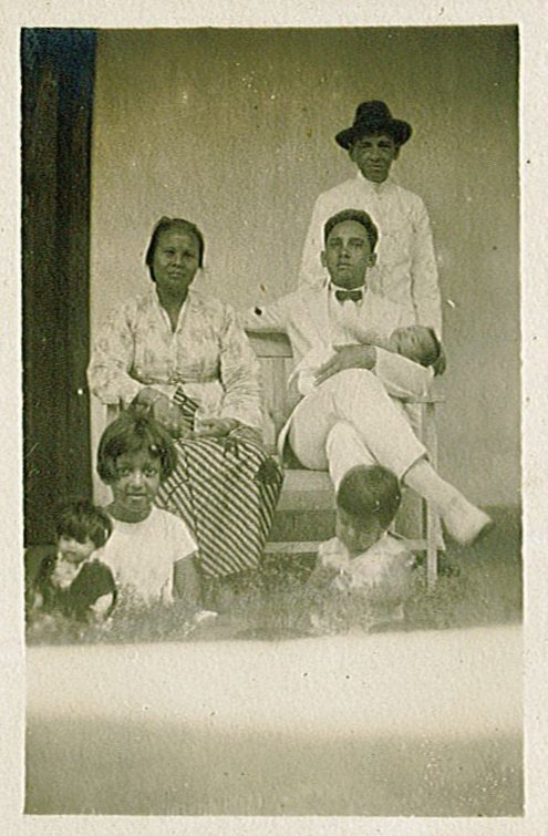 Komot, Willem-August, Piet met Rudy in zijn armen, halfzus Maud en zus Louise op de voorgrond.