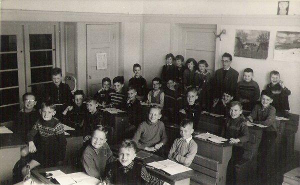 Cornets de Groot in ±1958 als onderwijzer aan de Ir. Lelyschool, Ketelstraat 23 te Den Haag.