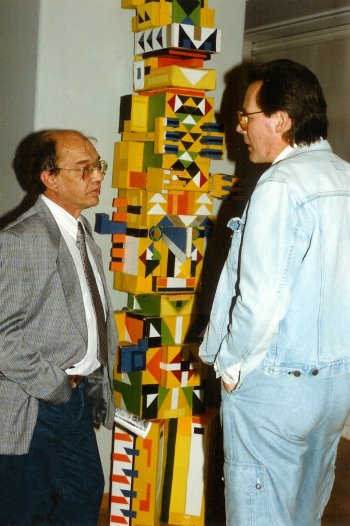 Cornets de Groot en Henk Flinterman bij een sculptuur van Jan Elburg in het Letterkundig Museum in Den Haag op 10-9-1986.