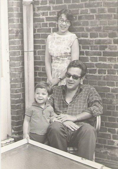 Louise Heeresma-Cornets de Groot, Heere sr. en hun zoon Heere jr. in hun woning op de Hanenburglaan in Den Haag, ± 1966.