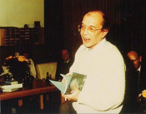 Cornets de Groot tijdens het afscheid van zijn school, met 'Ik predik de nadorst' in zijn hand.