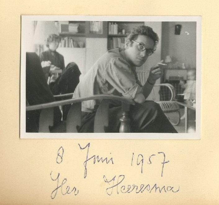 Bij zijn schoonouders op de Hanenburglaan; op de achtergrond mijn moeder Willy van den Berge.