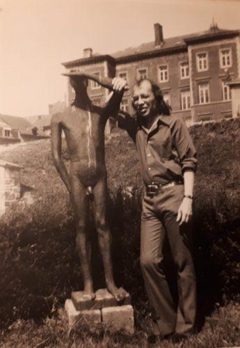 Tweede foto van Cornets de Groot naast het standbeeld van Christian Leroy