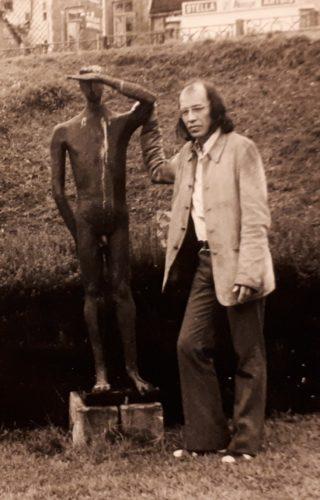 Cornets de Groot naast het standbeeld van Christian Leroy